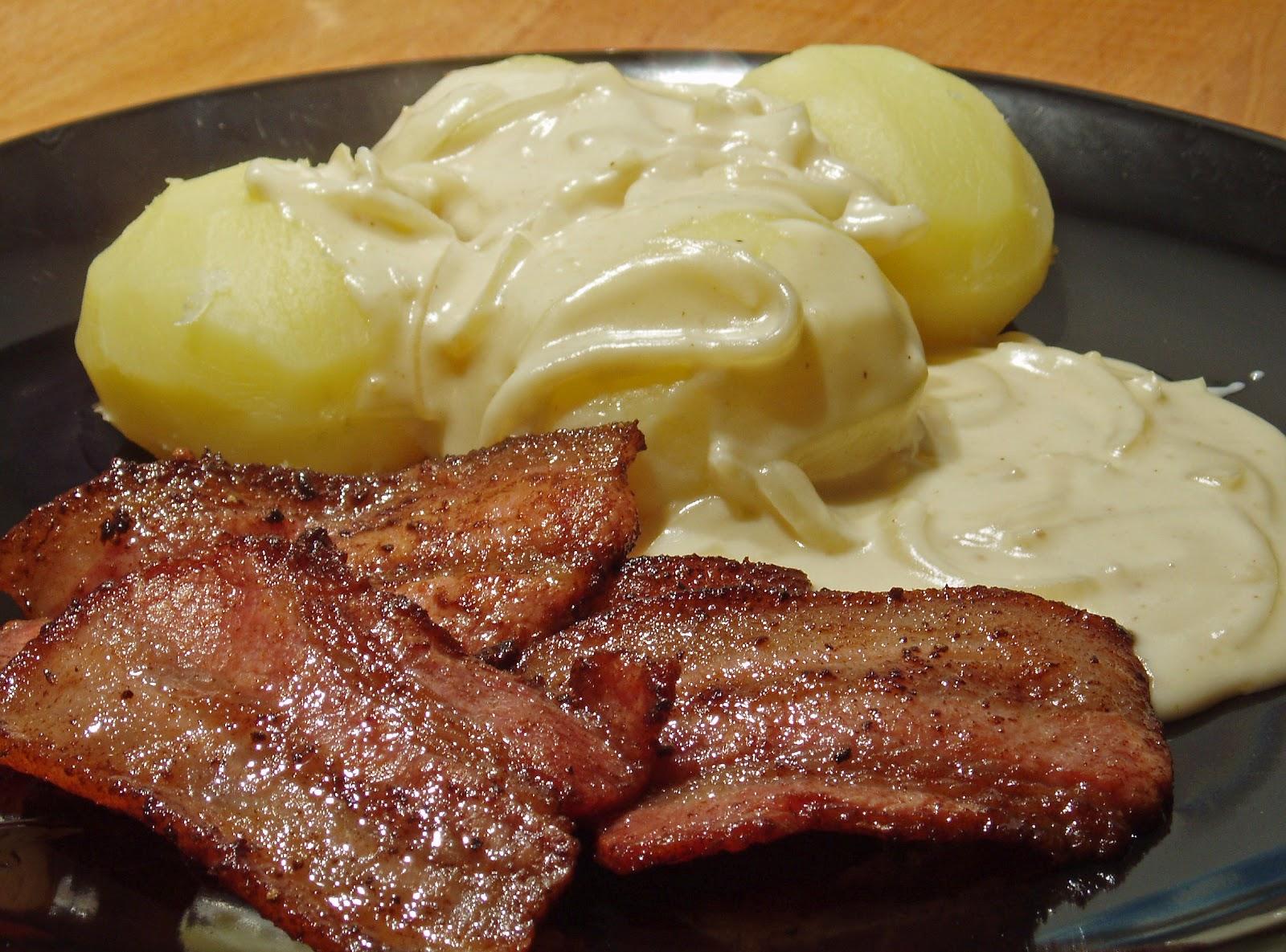 stekt fläsk med löksås och kokt potatis