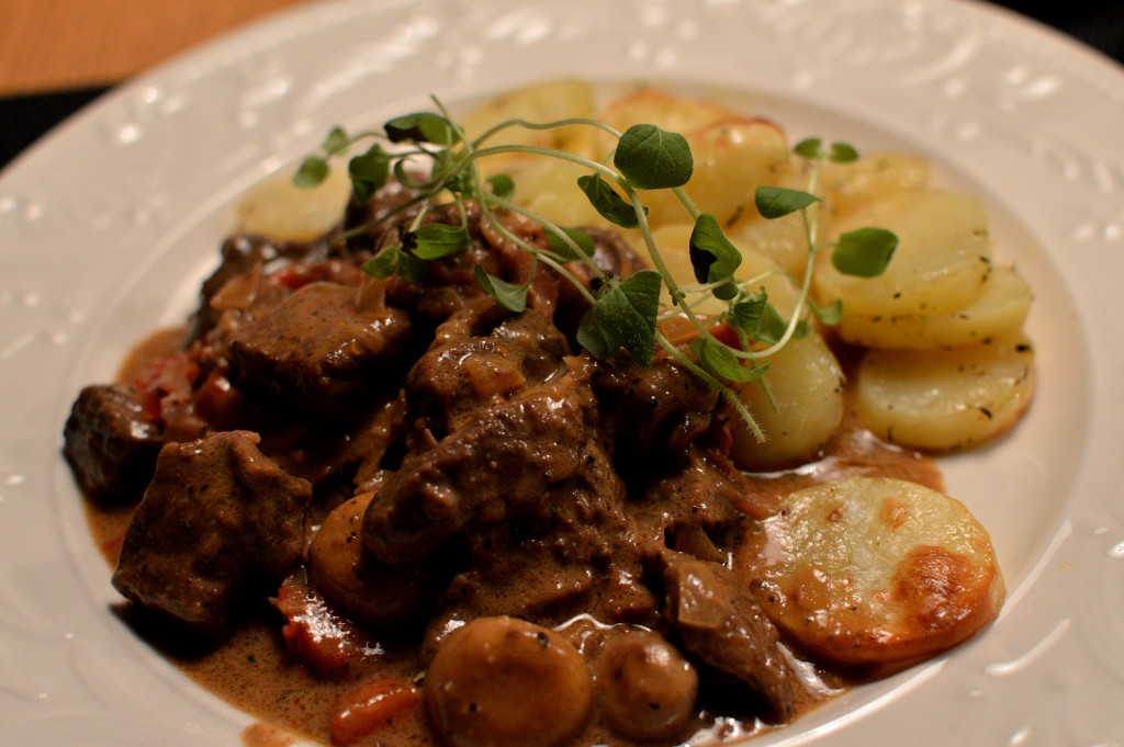 Köttgryta med rödvin och vitlök