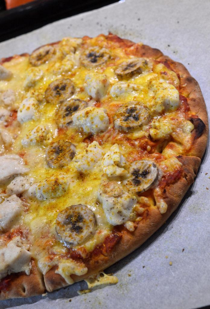 Snabbpizza med kyckling, banan & curry 3