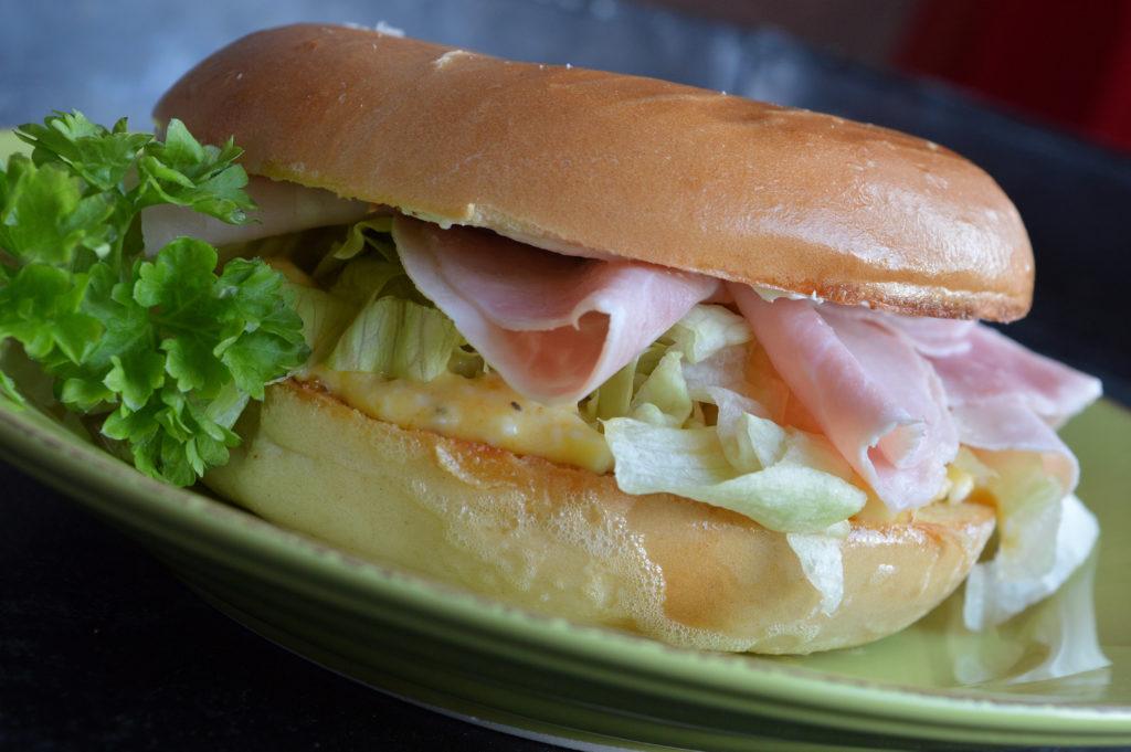 bagel-med-aggsallad-och-skinka-2