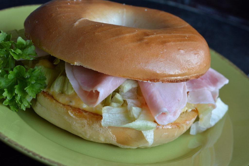 bagel-med-aggsallad-och-skinka-3