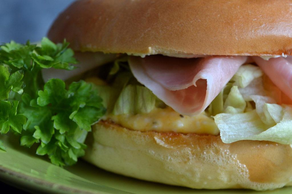 bagel-med-aggsallad-och-skinka-4